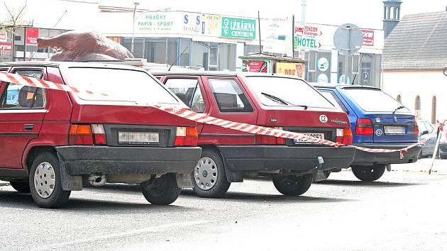Řidiči odstavili své vozy na zákazu zastavení, zkomplikovali tak průjezd autobusům
