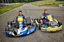 Valter a Robert Vlkovi během tréninku motokár.