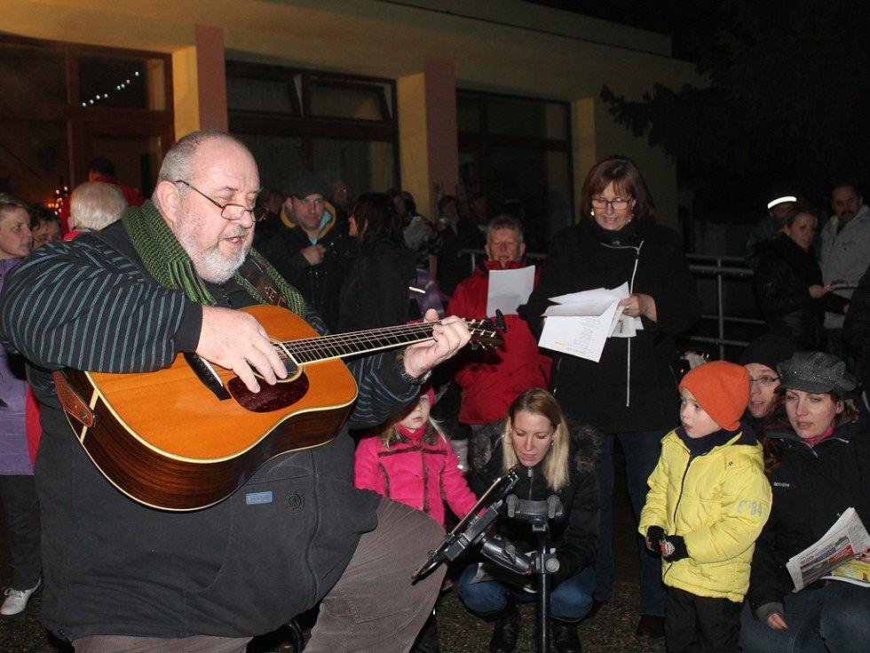 Česko zpívalo koledy i v Tuhani.