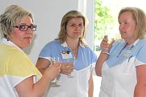 Zaměstnanci mělnické nemocnice a další hostě si při slavnostním otevření nové jídelny symbolicky připili sektem.