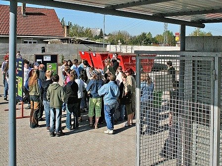 Včera se uskutečnilo slavnostní otevření sběrného dvora, kterého se zúčastnily také děti z mělnických základních škol.