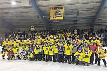 Společný snímek hokejistů a příznivců HC Buldoci Neratovice po vítězném finále krajské soutěže se Sedlčany.