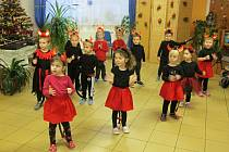 Předvánočního setkání v Denním stacionáři pro seniory Farní charity Neratovice v Obříství na Mělnicku se zúčastnilo zhruba čtyřicet babiček a dědečků - klientů stacionáře a jeho zaměstnanci.