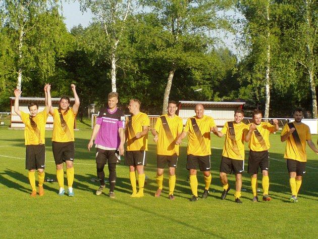 Fotbalisté Velkého Borku se mohli se svými příznivci podělit o radost z další výhry, s prázdnou poslali domů Kostelec.