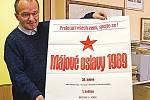 Ředitel mělnického archivu Dalibor Státník ukazuje poslední plakát na mělnické oslavy 1. máje před revolucí.