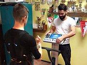 FOTBALISTÉ NERATOVIC si také v zimní přípravě vyzkoušeli novátorský způsob tréninku, založený na stimulaci svalů elektrickým proudem.