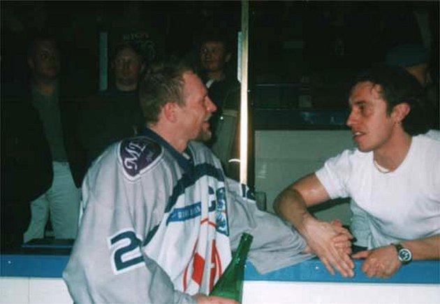 Josef Zajíc a Radek Gardoň po postupu Kladna do extraligy vroce 2004.