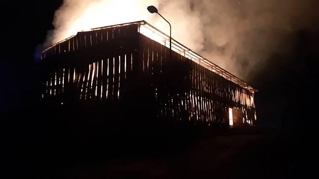 Blesk zapálil stodolu v Lázních Toušeň.