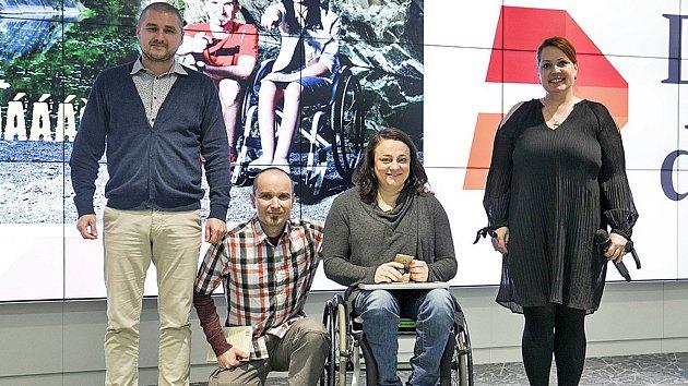"""Moment ze slavnostního aktu předání ocenění na pražských """"Cenách Fóra dárců 2017"""". Kralupan René Kujan (v kostkované košili) je na snímku spolu se zástupci CZEPA (asociace paraplegiků), kterou podporuje, a Fóra dárců."""