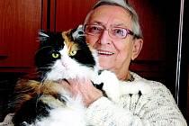 Jolana Štanglová s kočkou Cyrilkou.