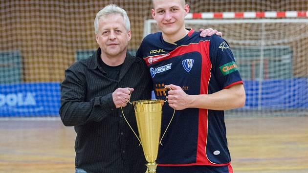 DO SBÍRKY úspěchů manažera Olympiku Pavla Šuby a jeho syna přibyl pohár pro vítěze druhé ligy Západ.