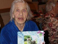 Babičky z domu s pečovatelskou službou sv. Jakuba v Libiši vyráběly zdobené fotorámečky.