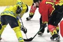Z utkání 2. hokejové ligy Mělník (v červeném) - Roudnice 3-2