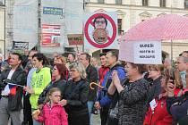 V mnoha městech probíhalo další kolo protestů proti vládě Andreje Babiše. Ani Mělník nezůstal pozadu. Na náměstí Míru se sešlo zhruba tři sta padesát lidí, kteří dali jasně a srozumitelně najevo, co jim na momentální politické situaci vadí.