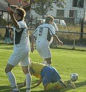 Z divizního utkání Ovčáry (ve žlutém) - Kolín 2-0