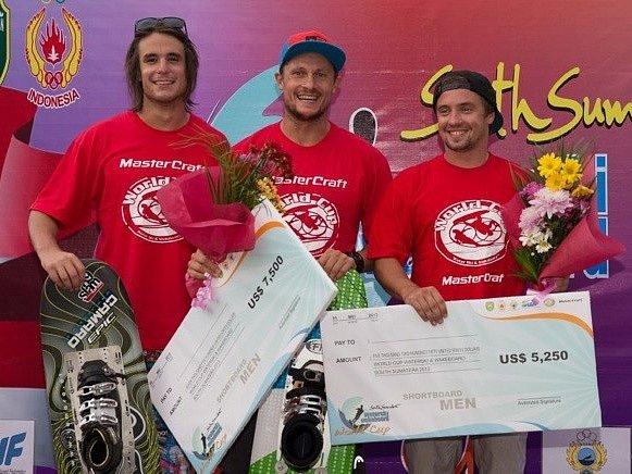 Vodní lyžař Adam Sedlmajer (vlevo) při slavnostním vyhlášení nejlepších závodu World Cup.