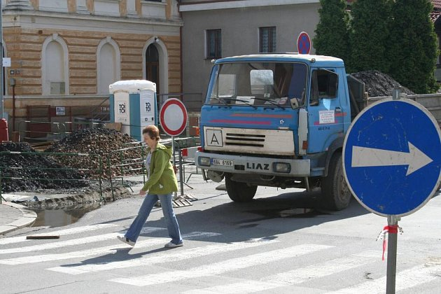 Stavební práce v centru Mělníka zkomplikovaly dopravu
