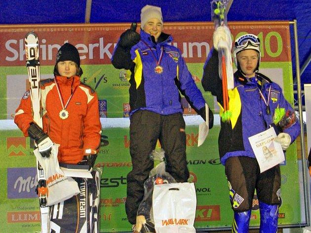 Kralupský lyžař Martin Štěpán (vlevo) získal stříbrnou medaili na v obřím slalomu na tradičních mezinárodních závodech Skiinterkritérium.