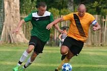 Fotbalisté Čečelic (v zeleném) v prvním utkání po návratu do okresního přeboru porazili Velký Borek 2:1.