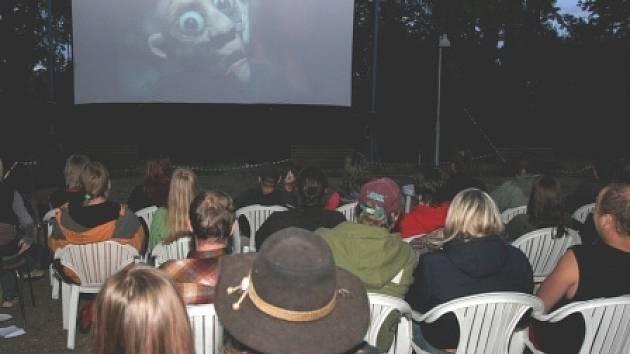 LETNÍ FILMY. V době domácích kin a filmů na počítačích je stále ještě dost lidí, kteří si zážitek v letním kině nenechají ujít.