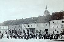 Tehdy se náměstí Míru jmenovalo Velké náměstí. Pohled na západní stranu náměstí. Fotografie z roku 1890 od pražského fotografa Mořice Adlera.