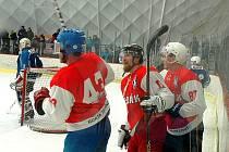Hokejisté Žebráku na ledové ploše přetlakové haly v Hořovicích nově přivítají soupeře z krajské ligy.