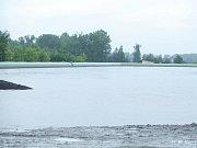 Zatopené fotbalové hřiště v Zálezlicích (v pozadí).