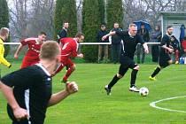 Podobný obrázek byl několikrát k vidění v zápase fotbalistů Řepína s FC  Mělník. Mělnické trio (zprava Dvorný, Veselý, Antonín) marně stíhá  řepínská dvojice Boček (6) a Štolba (v červeném).