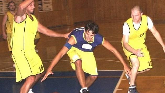 O každý míč se bojovalo při otevíracím okresním derby mezi basketbalisty Kralup a Mělníka. Na snímku o něj usiluje Mělničan L. Rajnoch v duelu s kralupskou dvojicí M. Karhan a M. Krátký.