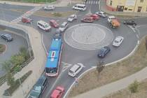 Auta se štosují i na kruhovém objezdu u Kauflandu.