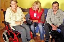 Manželé Šmejkalovi (na snímku) z Lobkovic jsou se svou letitou pečovatelkou Aničkou Pecharovou (uprostřed) nadmíru spokojení a k městské službě nechtějí.