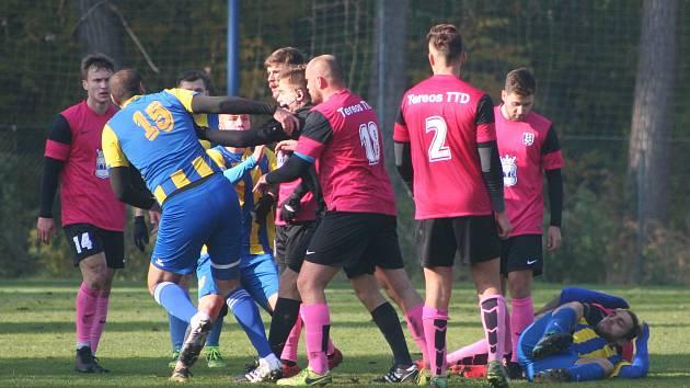 Fotbalisté TJ Byšice (ve žlutomodré kombinaci) měli v utkání krajského poháru favorizované soupeře z FK Dobrovice na lopatě, o dvoubrankové vedení ale nakonec přišli a v rozstřelu postoupili hosté z Boleslavska.