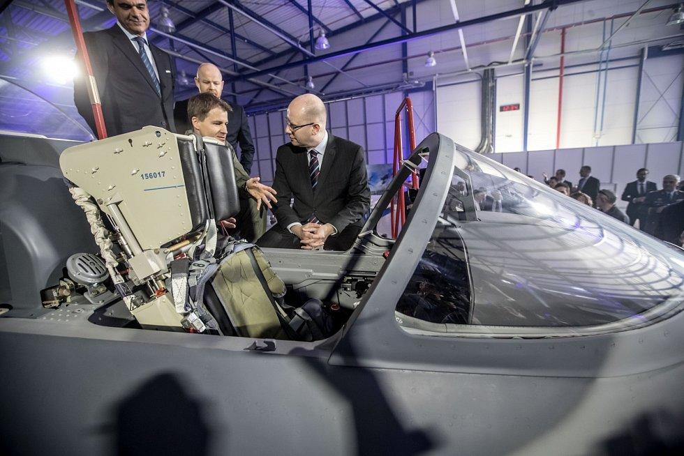 Nový letoun L-159 představila společnost Aero Vodochody 31. března ve svém areálu v Odoleně Vodě u Prahy. Na snímku Bohuslav Sobotka při prohlídce letadla.