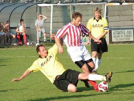 Fotbalisté Pšovky doma dokázali odebrat body  dalšímu z favoritů A třídní skupiny A, v sobotu remizovali se Sokolem Zápy 1:1. Autorem jediné domácí branky byl kapitán Bárta (vpravo).