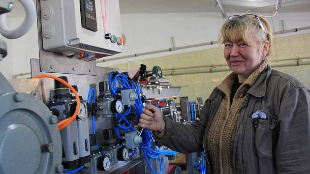 Purnochovi zkoušejí nový pásový lis, který si v letošním roce sami postavili.