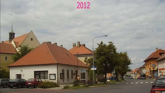 Mělník – Pšovka. Hlavní pšovecká ulice, na rohu škola, ze které je pošta. Věžička patří kostelu svatého Vavřince.