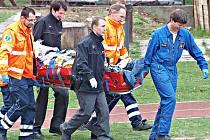 MUŽE, který propadl střechou domu v Kralupech nad Vltavou, záchranáři transportovali vrtulníkem do pražské vinohradské nemocnice.