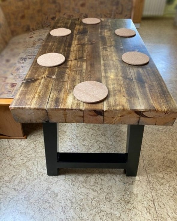 Jídelní stůl ze starých trámů zalitý v epoxidové pryskyřici