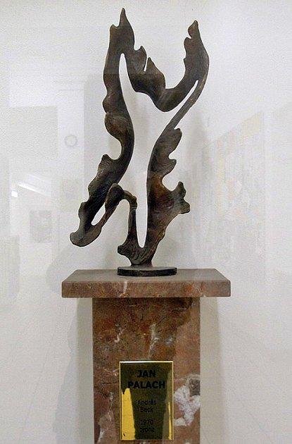 Skulptura ve zmenšené podobě už je v Praze. Mělník chce původní, tři a půl metru veliké dílo.