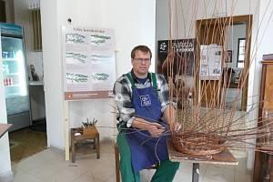 Tradiční košíkářské řemeslo do mělnického regionu odjakživa patří a má tady svoji tradici. Novinkou od července je na Mělníku Košíkářství vpodzámčí, kde je možné shlédnout letní výstavu ukázek řemesla.