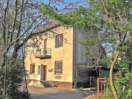 V domě v ulici Generála Klapálka kdysi bydlel školník. Do práce to měl jen pár kroků.