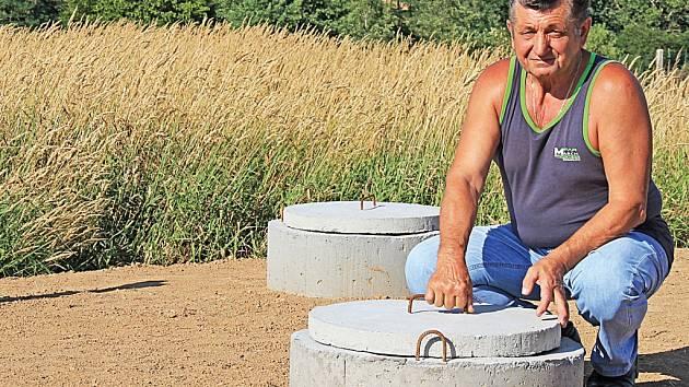 Před nádržemi s rostlinami nechala obec  podle starosty Štefana Dvorščíka (na snímku) vybudovat odkalovací zařízení.