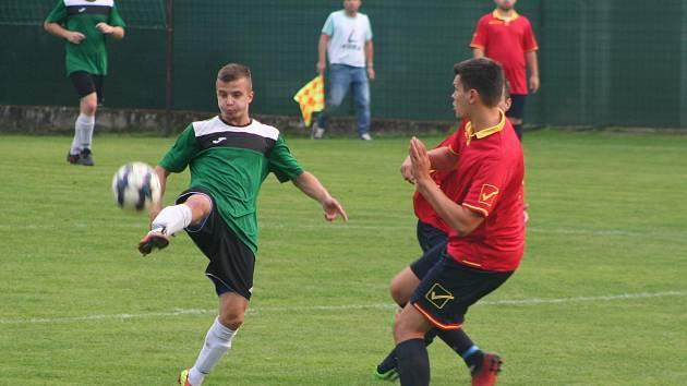 Fotbalisté Čečelic (v zeleném) porazili v pátém kole okresního přeboru Horní Beřkovice 2:0.