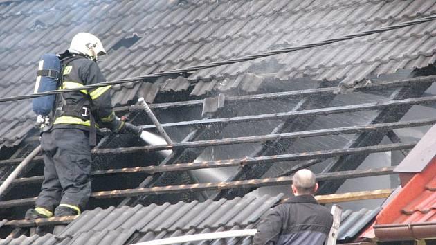 Zásah hasičů při požáru rodinného domu v Dobrovského ulici v Mělníku