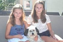 Šárka Korbelová (napravo) se sestrou Klárkou, která se věnuje akvabelám, a s domácím mazlíčkem Rockym.