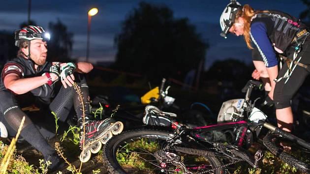 JEDNOU Z DISCIPLÍN závodu v přírodním víceboji je jízda na kolečkových bruslích.