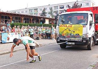 Před kralupským kulturním domem Vltava se uskutečnila  soutěž Strongman a Strongwomen. Na snímku z dopolední části soutěže je při tahání pětitunové dodávky na řetězu Rudolf Rondzik z Košic na Slovensku.