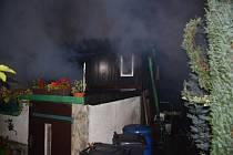 Požár dvou propojených chat ve Veltrusech.