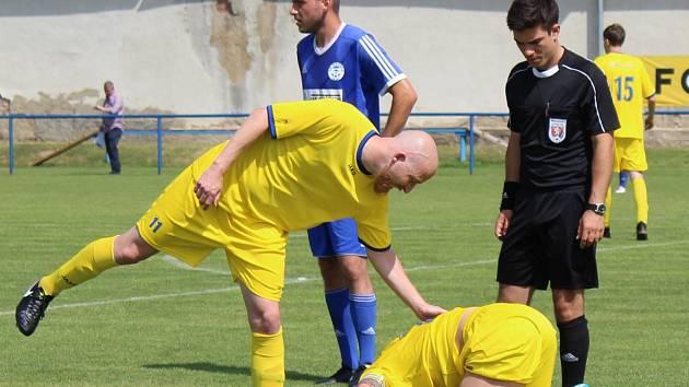 STŘELEC úvodního neratovického gólu Martin Škarecký utěšuje jednoho ze spoluhráčů.