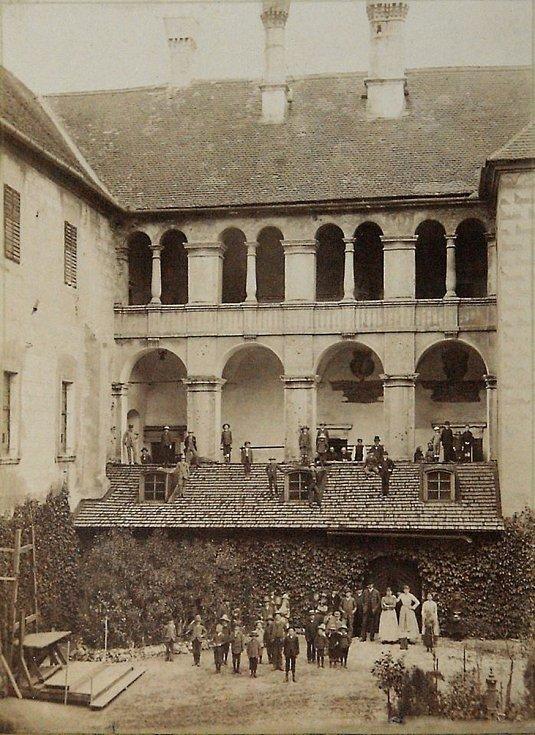 Nádvoří zámku na fotografii Mořice ADLERA z roku 1890.